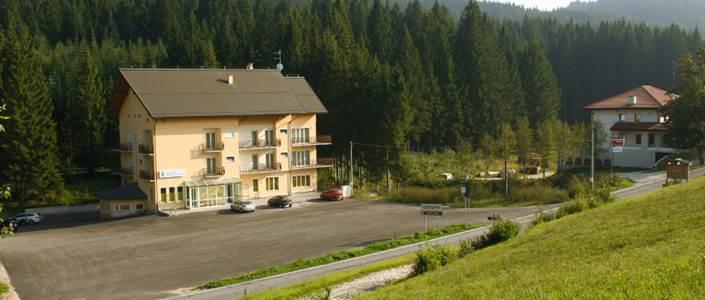 Profughi in settimana bianca per svagarsi in hotel di lusso