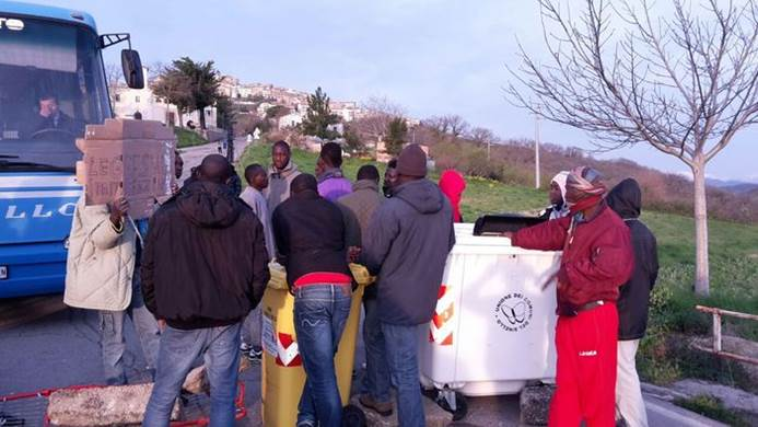 Profughi invadono strade: pendolari bloccati su bus e auto