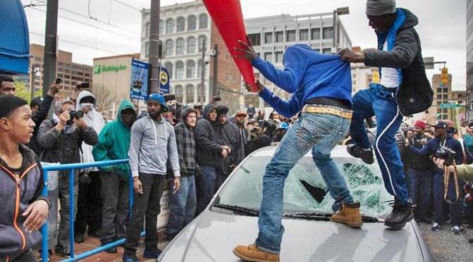 Baltimora: africani devastano città, scontri razziali – VIDEO – FOTO