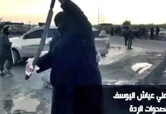 Dopo il massacro, il boia di ISIS 'asciuga la scimitarra' – VIDEO