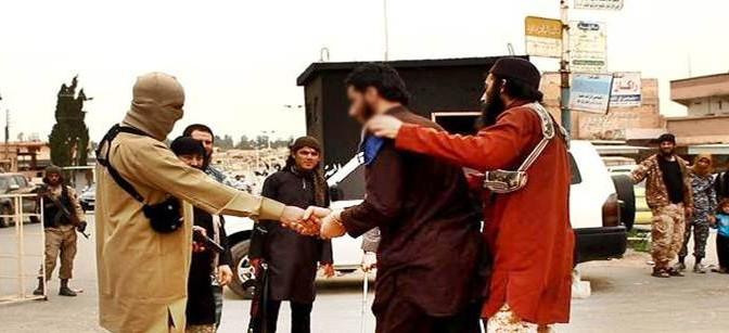 Boia islamico dà la mano a vittima, poi la 'giustizia'