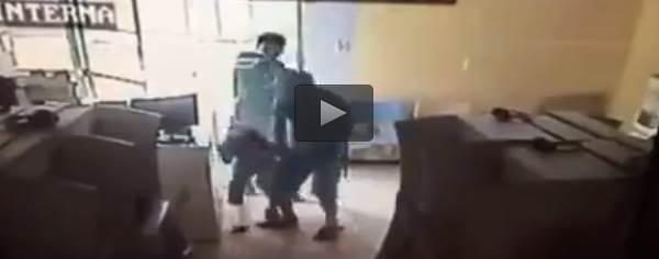 Esecuzione choc: 'indio' lo uccide col bambino in braccio – VIDEO
