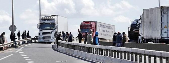 Orde di africani assaltano automobilisti per passare confine – FOTO