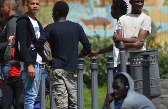"""Profughi minorenni devastano centro: """"Ci dovete 2 milioni di euro"""""""