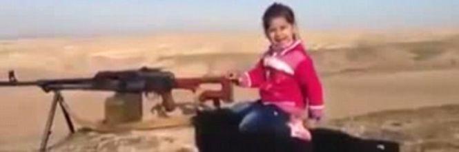 Anche i Curdi usano bambini per propaganda: la 'bambina col mitra' – VIDEO