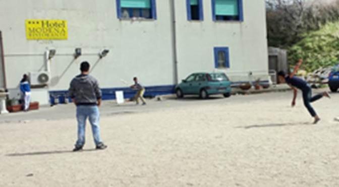 Paghiamo i 'profughi' per giocare a cricket in hotel e passeggiare in centro