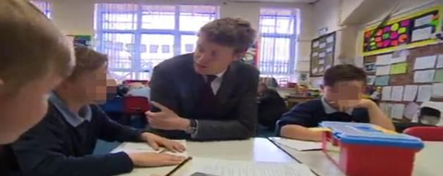 """Politico visita scuola: """"Cosa volete di più?"""" – Bambino: """"Paese senza immigrati"""" – VIDEO"""