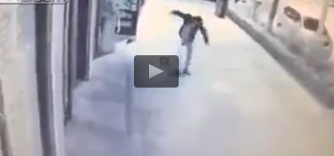 Gioca davanti ristorante cinese: bimbo di 2 anni massacrato di botte – VIDEO CHOC