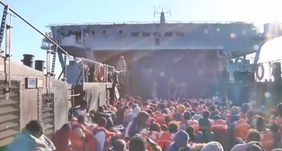 Marina britannica scarica in Sicilia 600 clandestini –  VIDEO – FOTO VERGOGNA