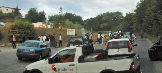 """'Profughi' bloccano traffico: """"Vogliamo lo stipendio"""""""