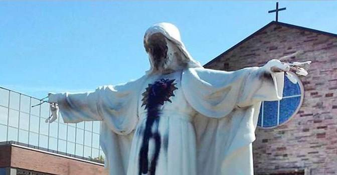 Immigrato islamico devasta statua di Gesù – FOTO