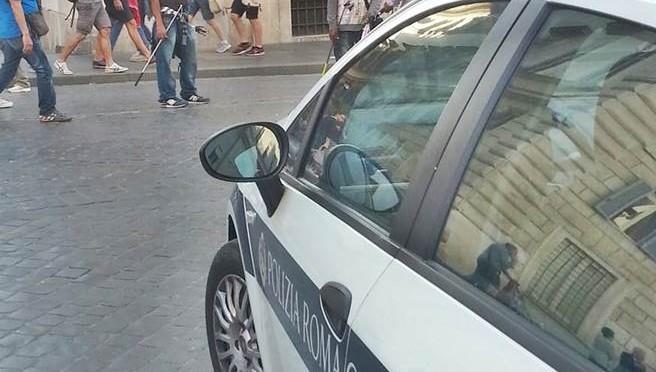 Roma: abusivi vendono, i Vigili di Marino guardano – FOTO VERGOGNA
