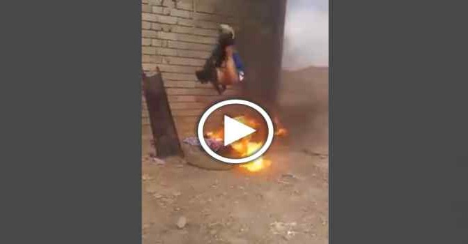 ISLAMICI BRUCIANO VIVO INFEDELE – VIDEO