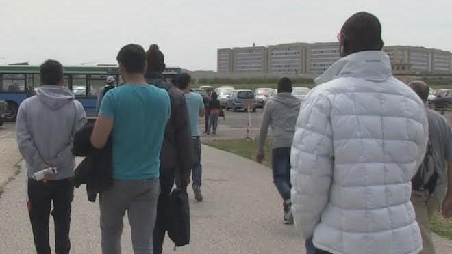 """'Profughi' bloccano strada: """"Di qui non ce ne andiamo, dovete pagarci"""""""