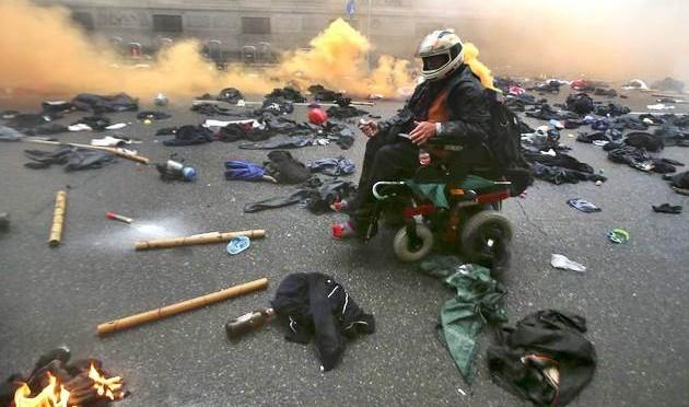 MILANO: CHI E' L'ESTREMISTA IN CARROZZINA? – FOTO