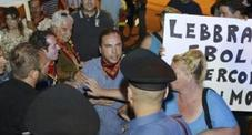 Cittadini protestano contro hotel dei 'profughi': fitto lancio di uova