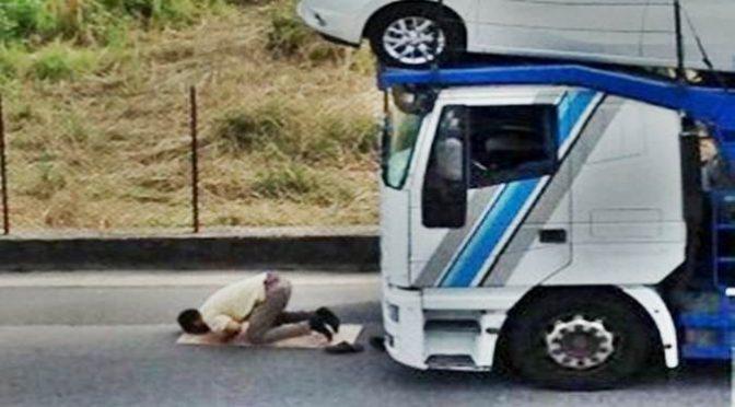 Tutti fermi, il musulmano deve pregare – FOTO