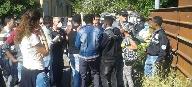 Roma: 'profughi' e 'nomadi' erigono barricate, vigilessa presa a bottigliate