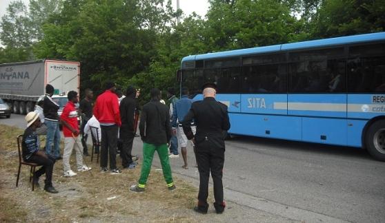 'Profughi' fuggono da bus durante pausa pranzo