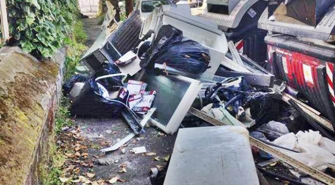 Strada usata dai Rom come discarica – FOTO