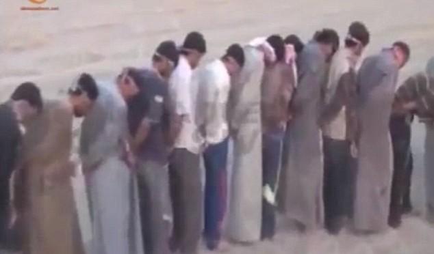 Governo Iraq mette profughi in catene perché 'possono essere terroristi' – VIDEO