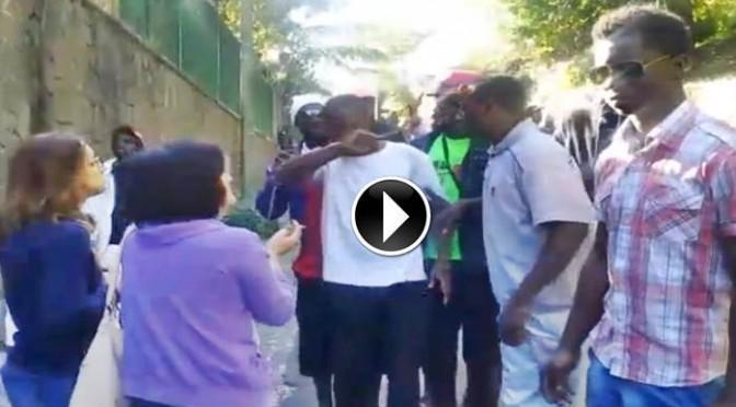 PROFUGHI INSODDISFATTI CACCIANO CON VIOLENZA DIPENDENTI ITALIANI – VIDEO