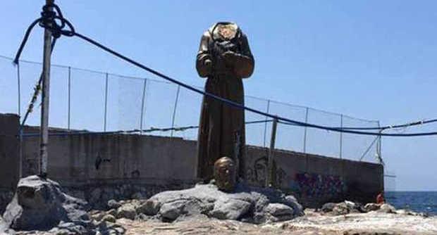 Statua di Padre Pio decapitata 'alla Isis', a Castellammare di Stabia