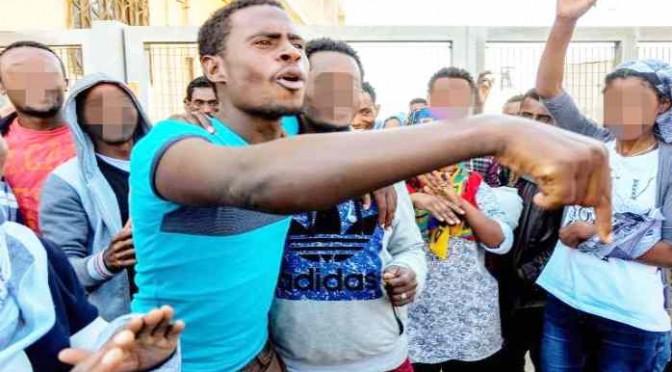 """Profughi nigeriani (!) picchiano agenti: """"Cibo non ci piace!"""""""