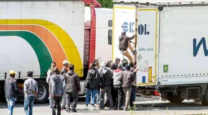"""Parla camionista italiano: """"Calais è un inferno, clandestini saliti mentre dormivo"""""""