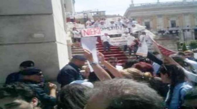 """MARINO BARRICATO IN CAMPIDOGLIO, LA FOLLA: """"DIMETTITI"""""""