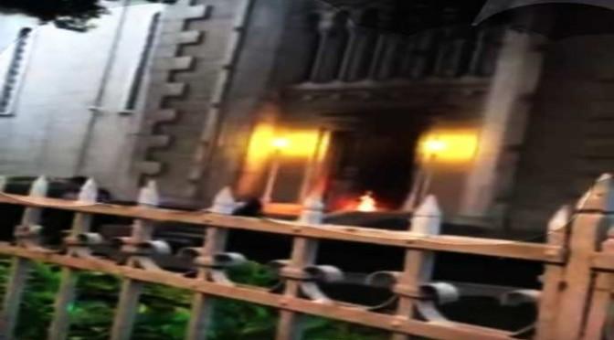 """Folla turca lancia molotov contro chiesa: al grido """"Allah Akbar!"""" – VIDEO"""