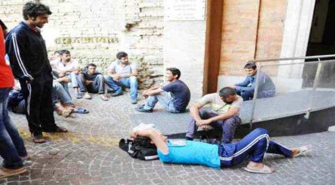 """Profughi bloccano ingresso disabili: """"Dipendenti hotel poco servizevoli, abiti scadenti"""""""