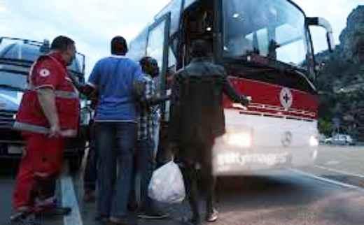 """Profughi fuggono da bus e irrompono in palazzo: """"Dovete accoglierci qui"""""""