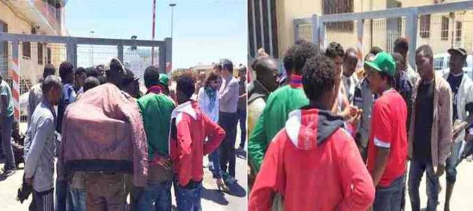"""Profughi bloccano porto: """"Sardegna ci fa schifo, vogliamo andare a Roma"""""""