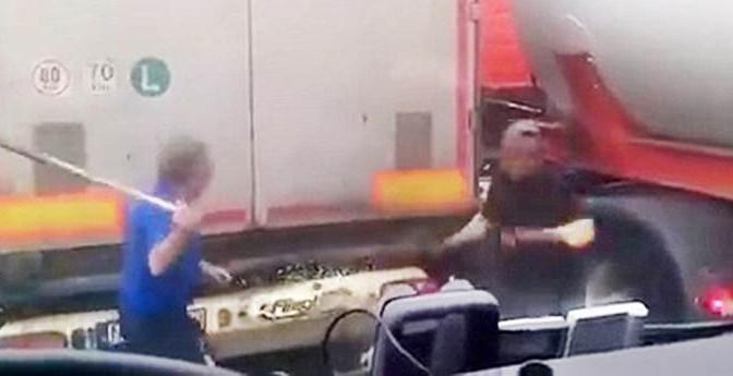 Camionista si difende da assalto clandestini – VIDEO