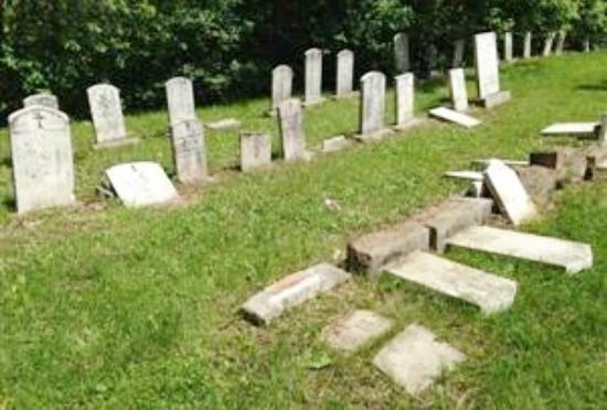 Vandalizzato cimitero cristiano: 200 tombe distrutte – VIDEO