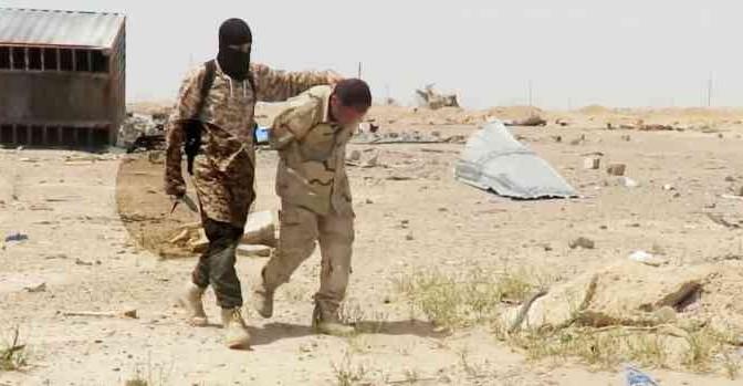 ISIS 'GIUSTIZIA' SOLDATO PRIGIONIERO SOTTO CARRO ARMATO – VIDEO CHOC
