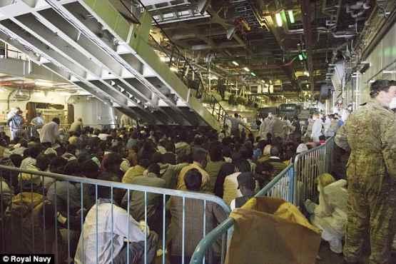 Piano B: marina inglese scarica 900 africani islamici a Taranto, presi in Libia