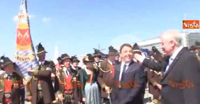 Premier ridicolo: Renzi accolto al G7 da canzonetta – VIDEO