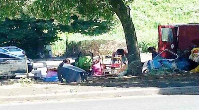 Roma: campo nomadi  in mezzo alla strada – FOTO