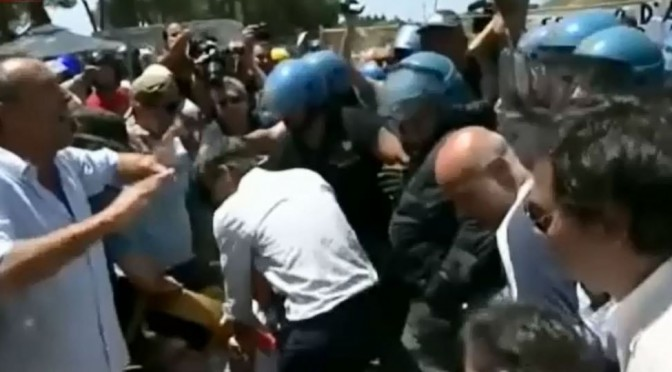 """Roma: """"profughi"""" con lo smartphone riprendono cittadini, protetti da Polizia"""