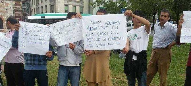 """""""Profughi"""" (pakistani) protestano: """"Abbiamo bisogno di compagnia"""""""