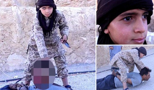 Ragazzino islamico decapita prigioniero – VIDEO CHOC