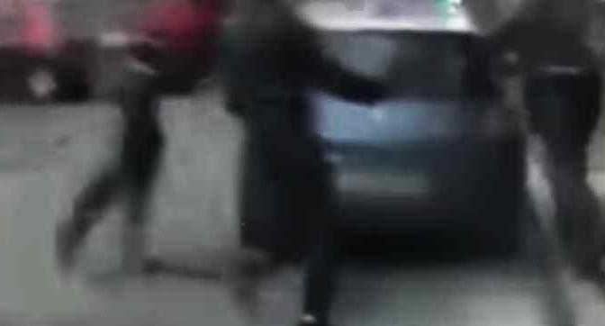 """Pattuglia polizia assalita da immigrati: """"Qui non potete entrare"""" – VIDEO"""