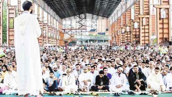 Torino: Fassino celebra l'occupazione islamica con 20mila fanatici – FOTO