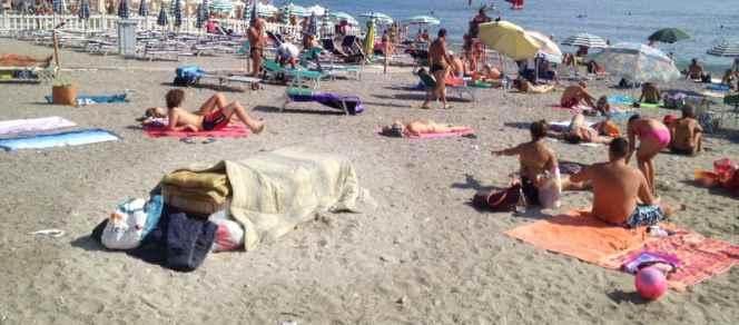 Liguria: profughi in hotel, italiana invalida dorme in spiaggia