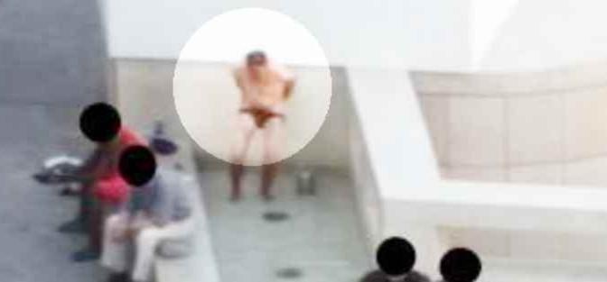 """Romeno usa fontana come bagno, patriota: """"Torna a casa tua"""" – VIDEO"""