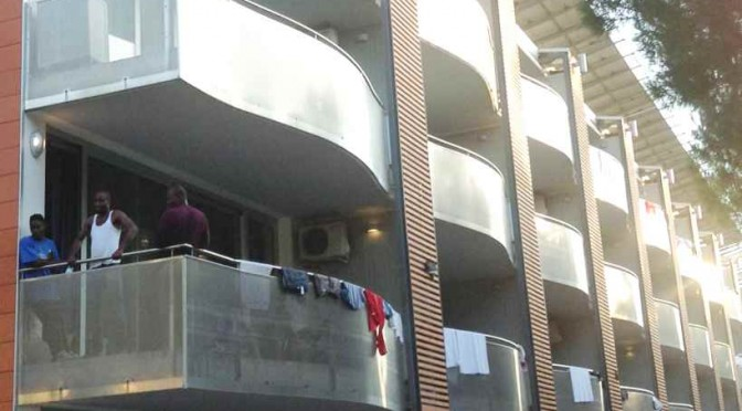 """Salvini: """"Guardate i profughi sui balconi vista mare"""""""