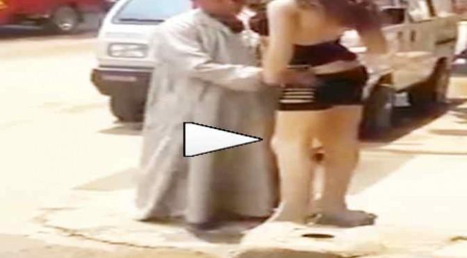 Islamico 'molesta' manichino – VIDEO
