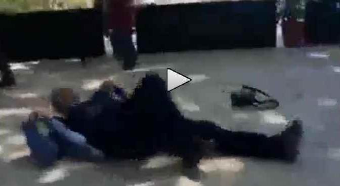 Turchia: l'uomo è a terra, finito a colpi di pistola – VIDEO